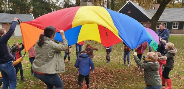 Parachute-oversteken-bevers-scouting-almelo-hjbllanos