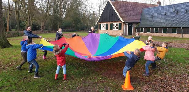 Parachute-spel-scouting-almelo-bevers-hjbllanos-buiten