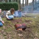 De scouts bouwen een pizzaoven