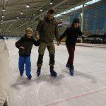 Welpen en scouts schaatsen op de ijsbaan
