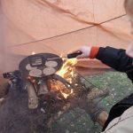 Scouts maken een tafelvuur