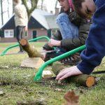 Scouts maken vuurstarters op houtvuur