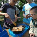 Scouts bereiden maaltijd als voorschot op het kamp